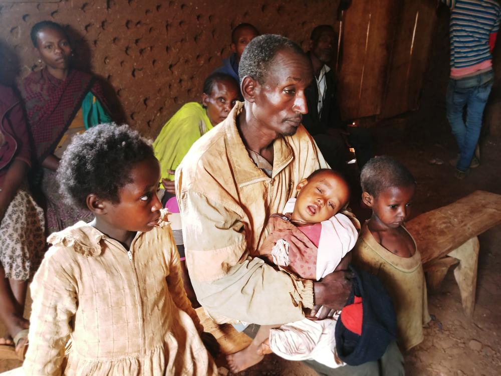 Familia desplazada en Etiopía