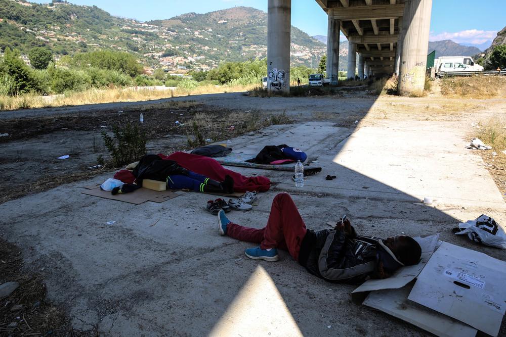 Personas provenientes de Sudán, Somalia y Etiopía están viviendo duras condiciones debajo de un puente en Ventimiglia, a la espera de poder cruzar a Francia. ©Mohammad Ghannam/MSF