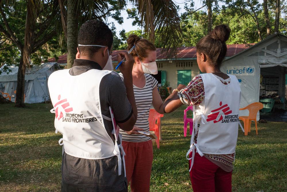 Los equipos de promoción de la salud planifican su trabajo en el centro de salud, su función es crear conciencia en la comunidad sobre los riesgos de infección por plaga y la necesidad de ir al centro si es necesario. ©RIJASOLO