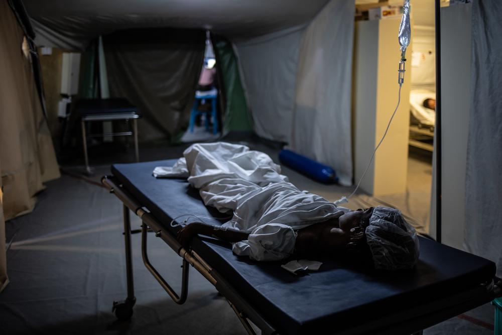 Amarah, 5 años, en el hospital quirúrgico en Mocha. Fue herida por una mina terrestre.