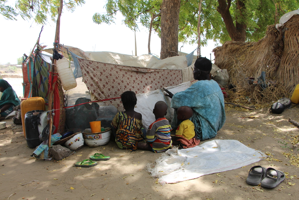 Padre e hijos desplazados por la violencia en Nigeria