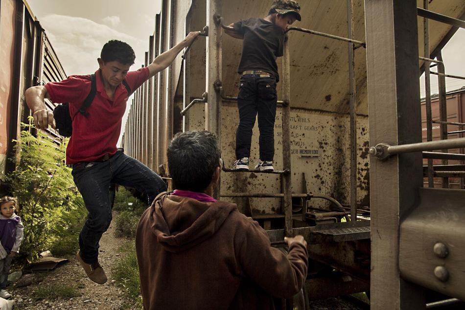 Familias, mujeres y niños viajan a través de México en el tren de carga conocido como La Bestia ©Anna Surinyach/MSF