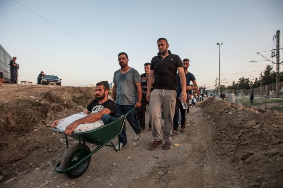 Este hombre discapacitado llegó a la frontera cargado en la espalda de uno de sus amigos. No pudo subir su silla de ruedas al bote que lo cruzó de Turquía a Grecia