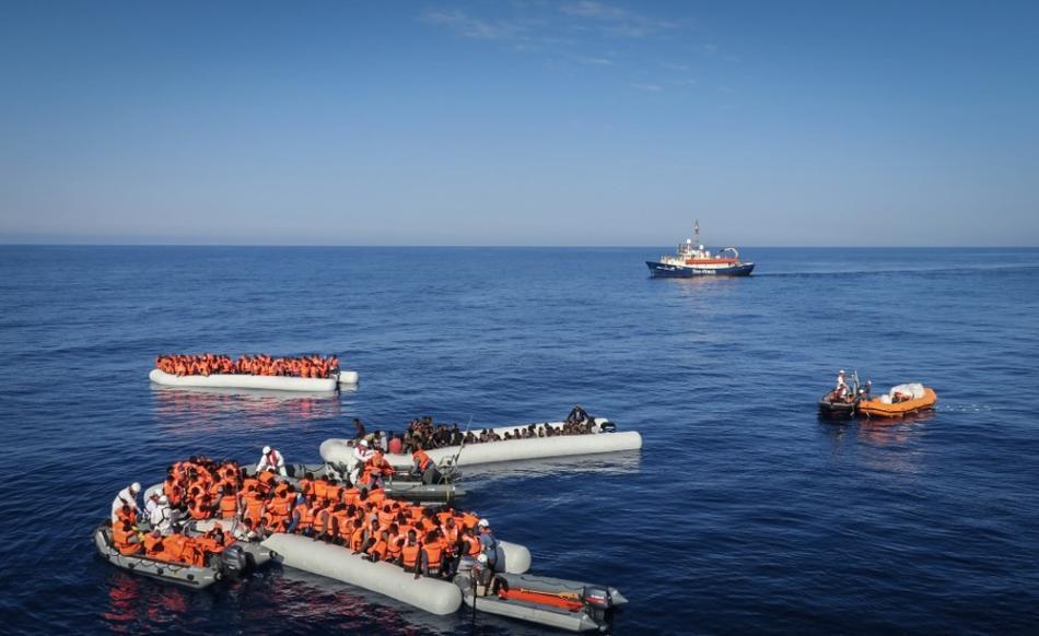 Fotografía que muestra un operativo de rescate de Médicos Sin Fronteras en el Mar mediterráneo