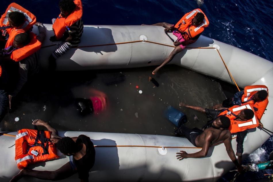 Fotografía que muestra a las personas que están esperando a ser rescatadas en el Mar Mediterráneo.