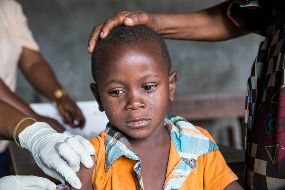 Fotografía que muestra a un niño siendo vacunado durante la Campaña de vacunación contra la fiebre amarilla en Kinshasa, República Democrática del Congo. ©D. Telemans