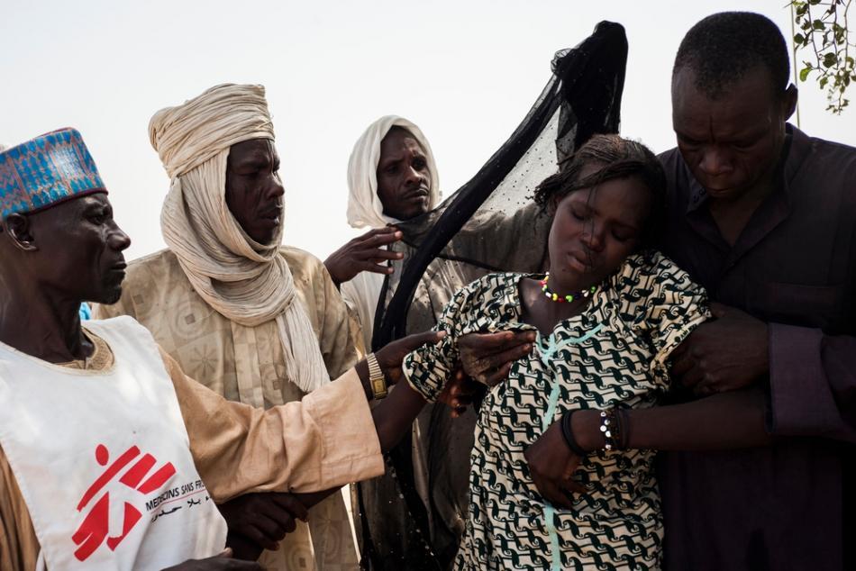 Una mujer joven, de un campo para desplazados internos en la ciudad de Yakoua, es asistida después de haber viajado más de 30 km en un carro a caballo para llegar a la clínica móvil de MSF cerca de Bol, Chad. ©Dominic Nahr