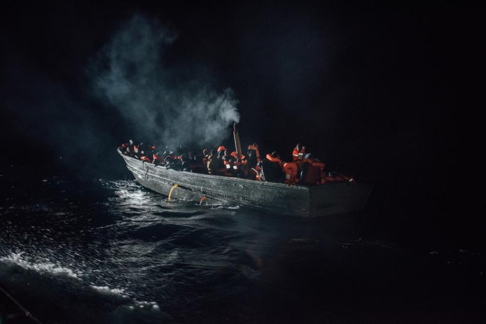 A diferencia de años anteriores, muy pocos hombres, mujeres y niños tenían chalecos salvavidas o incluso comida, agua o combustible suficientes. Ninguno de  ellos hubiera llegado a Europa si no hubiera sido rescatado por MSF u otras organizaciones.