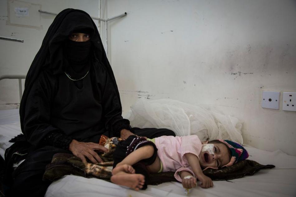 Besam lleva a su hijo de siete meses al centro de salud para un chequeo después de que presentara fiebre alta y vómitos. El niño está desnutrido, pero según el médico, estos casos ocurren muy a menudo. ©Florian SERIEX/MSF
