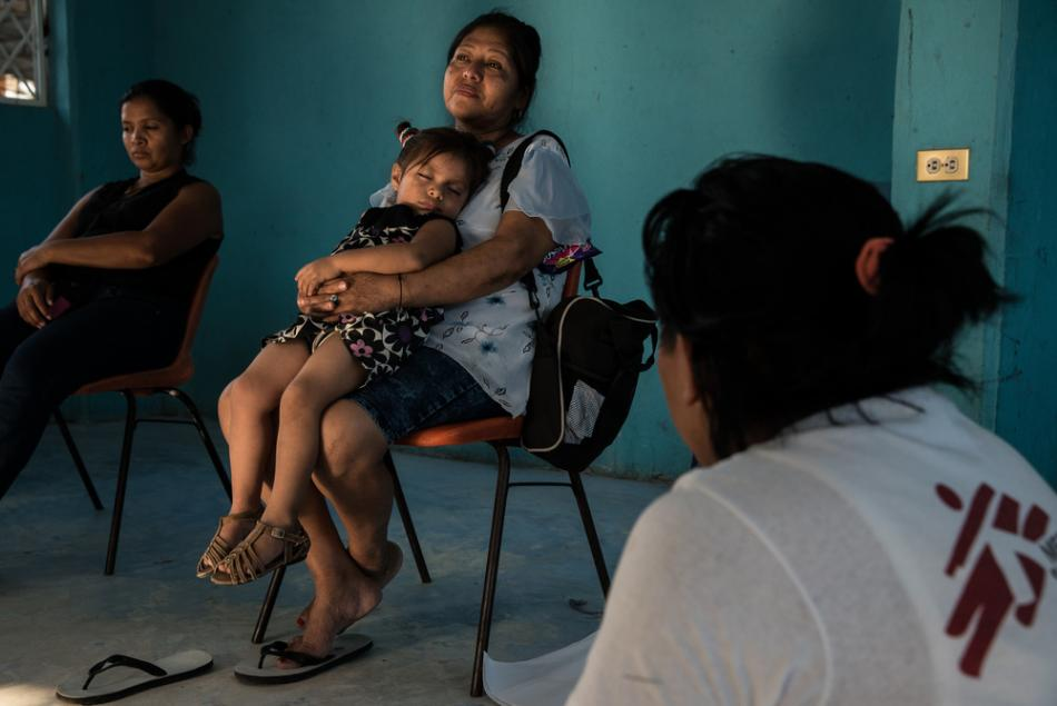 Una mujer descansa con su nieta durante una sesión de apoyo de MSF para mujeres en un refugio para migrantes en Tenosique, México. Según una encuesta de MSF, casi un tercio de las mujeres que migran a través de México sufren abusos sexuales. ©Marta Soszy
