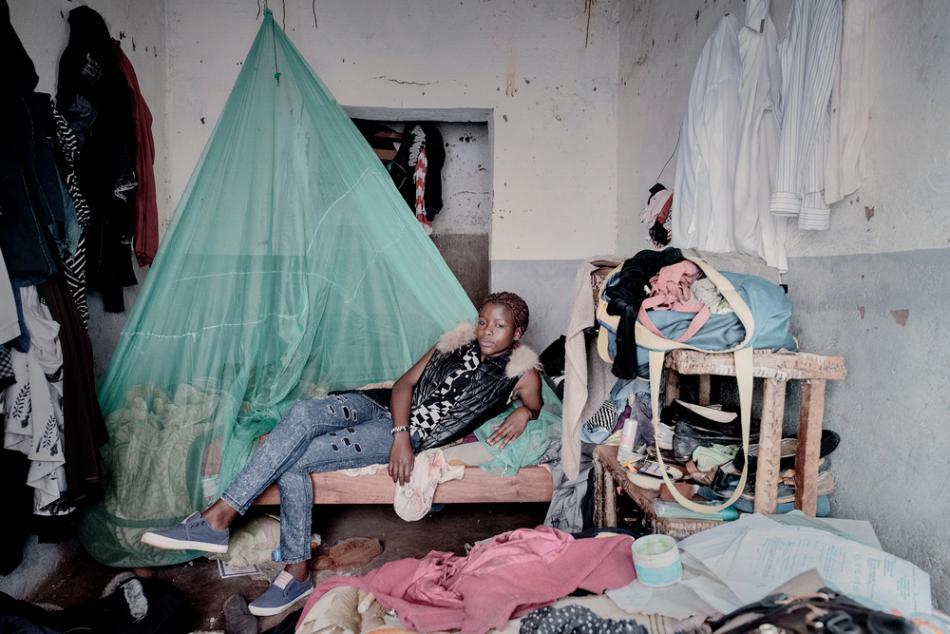 Debora Njala, 18 años, yace en su cama en Chiradzulu. Deborah contrajo el VIH de su madre durante el embarazo. ©Luca Sola