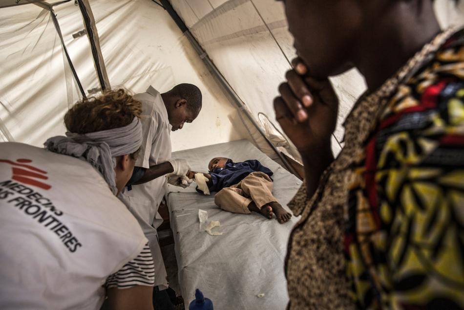 Las enfermeras de MSF examinan a un niño en el centro de tratamiento de cólera en Katana, República Democrática del Congo. ©Marta Soszynska/MSF