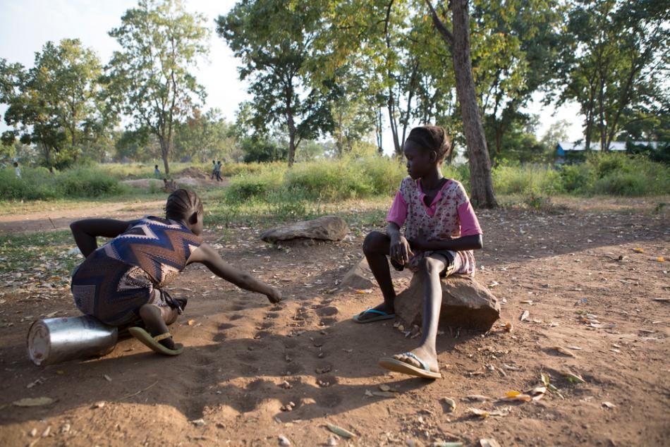 Dos niñas juegan al makala, un juego de mesa improvisado, en el campo de refugiados de Kule, en la región de Gambella, Etiopía.