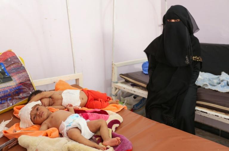 Hareb, de 55 años, llegó al Hospital MSF en Abs con sus dos hijas gemelas, Bushra y Bashayer, que padecían sarampión y necesitaban tratamiento urgente.