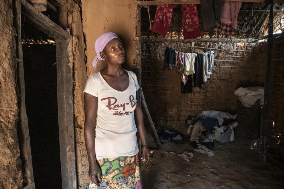 En Botulu vive Alphonsine Ekima, de 43 años, quien perdió a su hija Marie un mes y medio antes de esta fotografía. La niña de 3 años fue enterrada el mismo día que su prima, quien también murió de sarampión.