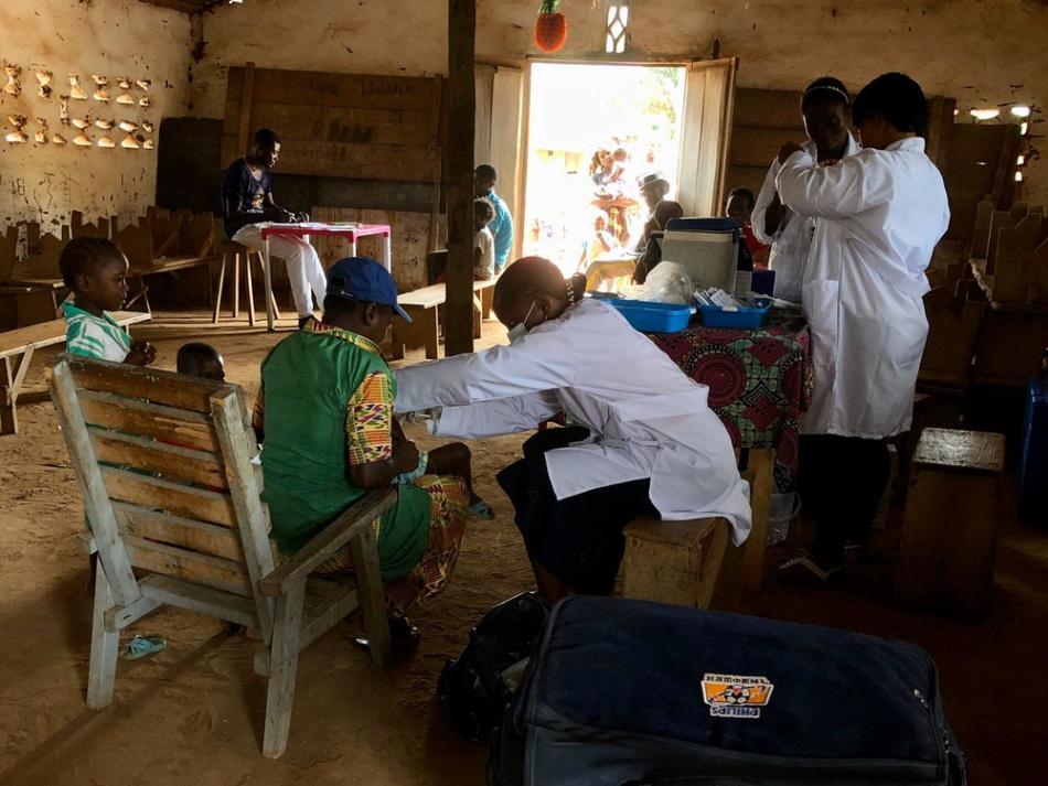 El personal de MSF está vacunando a niños contra el sarampión en una iglesia en Zongo, Sud-Ubangi, República Democrática del Congo.