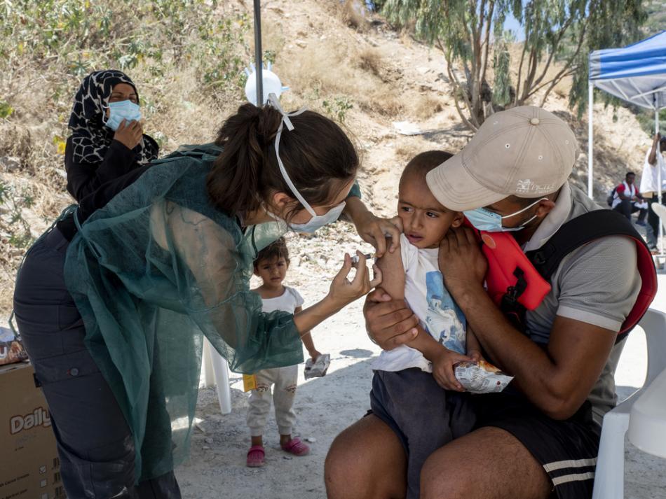 Vacunando en el campamento de Vathy, en la isla griega de Samos, en julio de 2020.