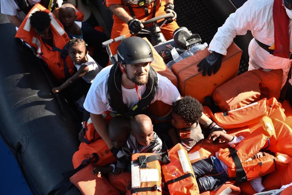Sebastian Stein de MSF durante una operación de rescate en el Mediterráneo. De las 140 personas que había en el bote, 38 eran mujeres y 18 niños ©Sara Creta
