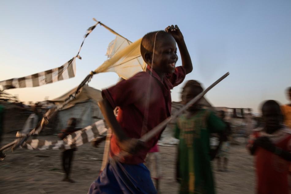 Durante la noche, algunos campos de refugiados como el de Wau Shilluk, en Sudán del Sur, están llenos de barriletes que los niños vuelan sobre chozas y techos de paja.
