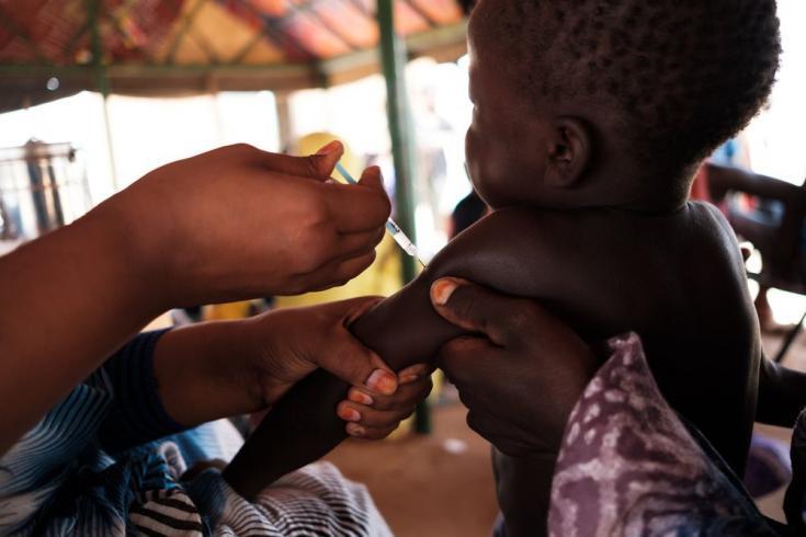 Un niño es vacunado por MSF en el campo de refugiados de Mbera en Mauritania, 11/08/2018