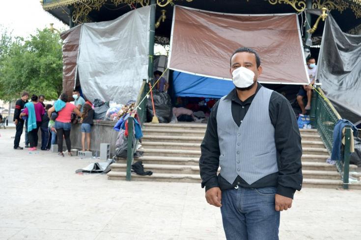 """Milton tiene 34 años y es de Nicaragua. Tuvo que dejar su país por razones de seguridad y hoy se encuentra varado en la """"Plaza de la República"""" en Reynosa, Tamaulipas, México. Abril de 2021"""