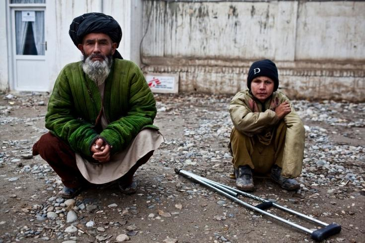 Un hombre y un niño esperan para atenderse en nuestro hospital de traumatología en Kunduz, el cual brinda atención quirúrgica y fisioterapia. Afganistán, diciembre de 2011