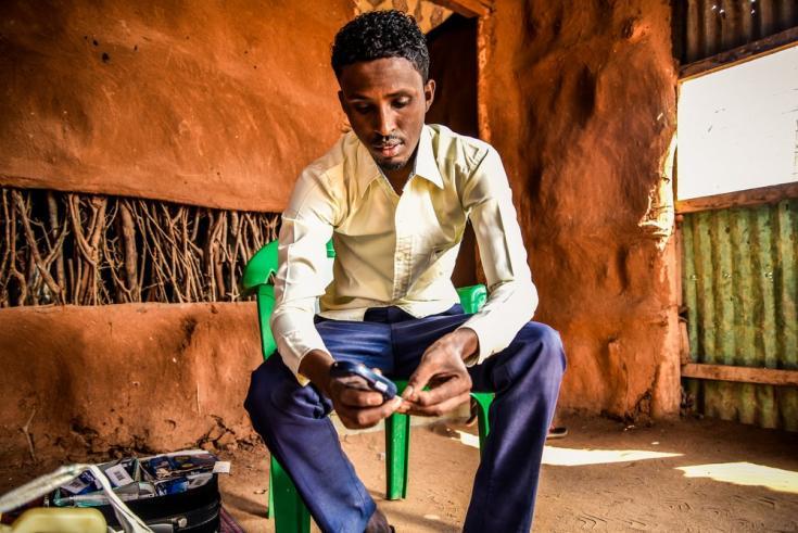 Mohamed Hussein Bule, de 27 años, vive con diabetes de Tipo 1. Llegó al campo de refugiados de Dabaad en Kenia en 1992, huyendo de la violencia en Somalia. Es profesor de Ciencias en una escuela primaria en Dagahaley.