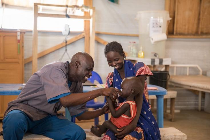 En el hospital del distrito de Mora, en la región del extremo norte de Camerún, MSF gestiona el pabellón pediátrico, que incluye una unidad de cuidados intensivos y un centro de nutrición, y brinda atención médica gratuita a niños menores de 5 años