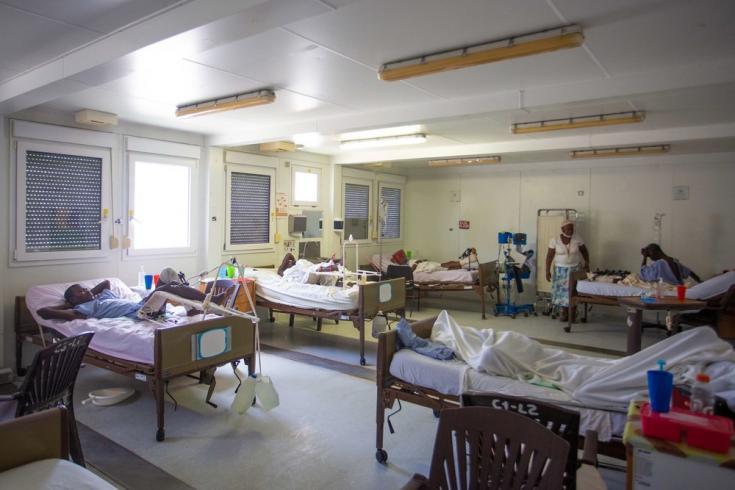 Nuestro hospital en Tabarre, especializado en traumatismos graves o quemaduras, recibió a un total de 70 sobrevivientes del terremoto en cuestión de días. En ese momento, la mayoría de las camas del hospital ya estaban ocupadas. Haití, agosto de 2021