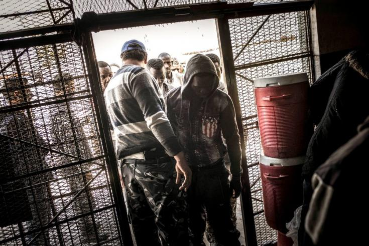 Personas detenidas en el centro de detención de Abu Salim, en Trípoli. Pasan allí meses sin saber cuándo serán liberadas. Libia, marzo de 2017