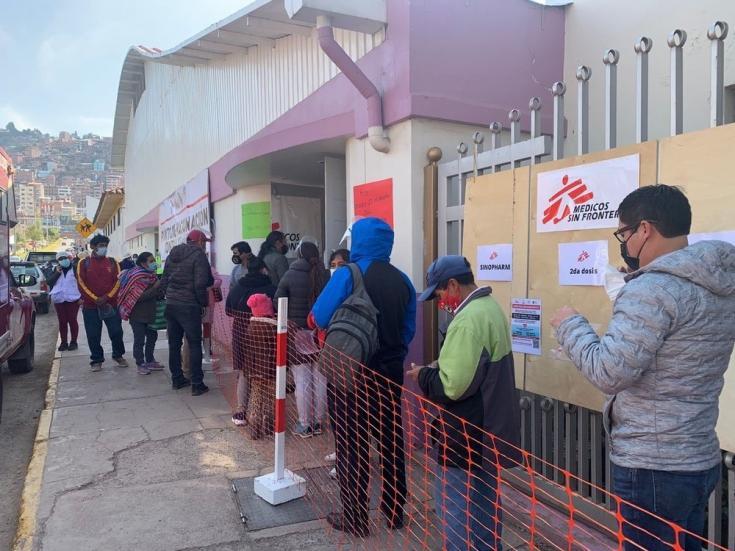 Las personas hacen fila para vacunarse en nuestros centros de vacunación en Cusco y Arequipa. Perú, agosto de 2021