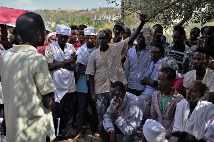 Un grupo de personas desplazadas debaten en la escuela Abdimalaha de la ciudad de Adwa. Marzo de 2021.