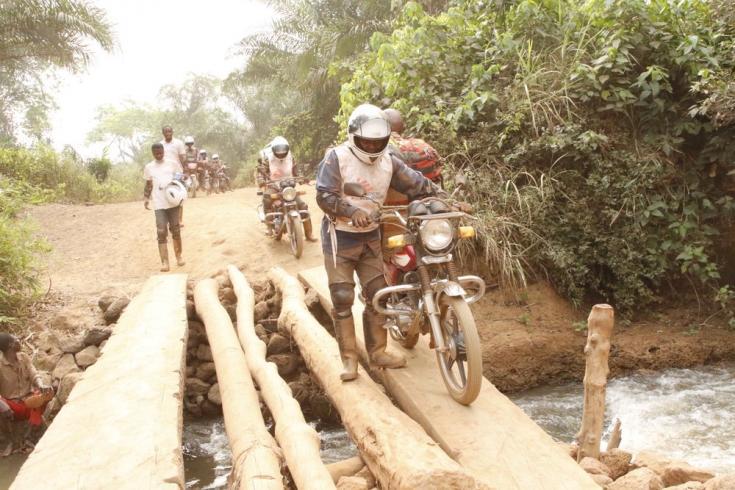 El equipo de emergencia de MSF cruza un pequeño río en la zona sanitaria de Bosobolo. Febrero de 2021
