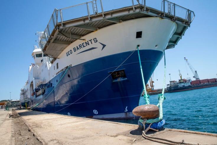 Además de pequeñas irregularidades fácilmente rectificables, las autoridades italianas alegan que el buque llevaba demasiadas personas a bordo. Ignoran que las operaciones de salvamento se consideran situaciones de fuerza mayor