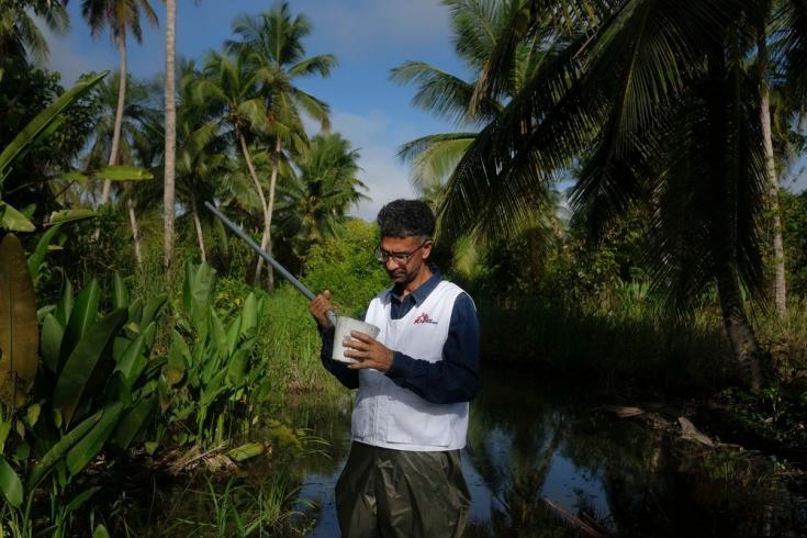 El biólogo Melfran Herrera, Supervisor de Control Vectorial de Médicos Sin Fronteras, busca determinar la densidad existente de mosquitos Anopheles en un pantano del estado Sucre, al noreste de Venezuela. Agosto de 2021