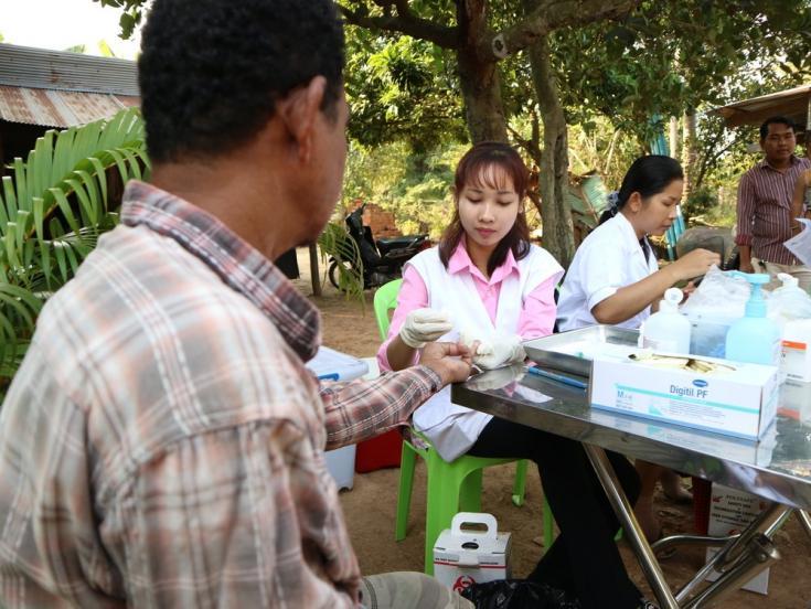 Dos enfermeras de MSF toman muestras de sangre de la población durante una campaña de detección de casos de Hepatitis C en una aldea del distrito de Moung Ruessei. Camboya, enero de 2019