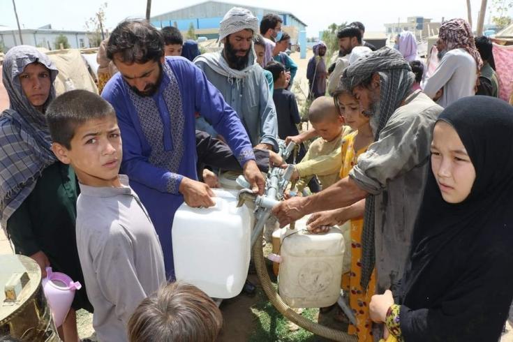 En junio, los intensos combates alrededor de la ciudad de Kunduz obligaron a miles de personas a abandonar sus hogares. 400 familias se refugiaron en un asentamiento informal, en el que comenzamos a proporcionar 12.000 litros de agua potable al día.