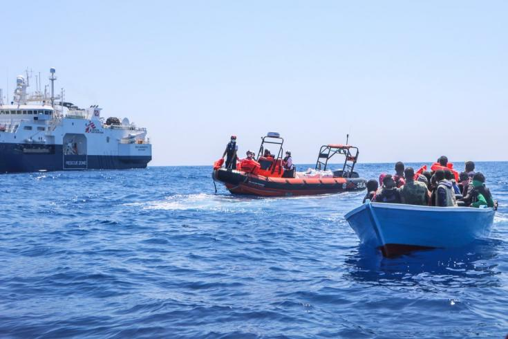 El 10 de junio rescatamos desde el GeoBarents a 26 personas que intentaban cruzar el Mar Mediterráneo a bordo de un pequeño bote de madera. Mar Mediterráneo, 10/6/21