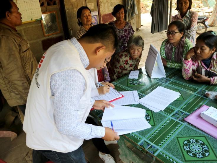 Actualizamos la lista de las personas que participaron de nuestra campaña de detección de casos de Hepatitis C en una aldea del distrito de Moung Ruessei. Camboya, enero de 2019