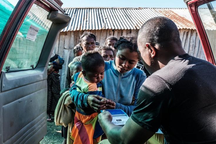 En la región de Androy, establecimos una clínica móvil para niños menores de cinco años en la que ofrecemos  raciones de alimentos y exámenes de detección de desnutrición aguda. Madagascar, julio de 2021