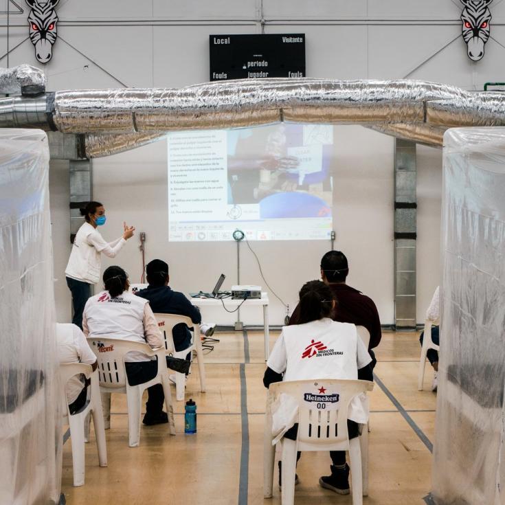 Taller a personal de MSF en prevención, control de infecciones y uso de equipo de protección en el estadio Zonkies de Tijuana.