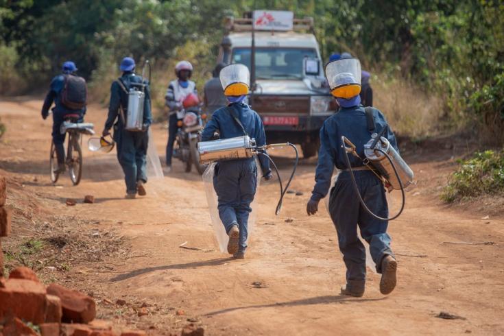 Un equipo de pulverizadores que acaba de rociar una casa contra los mosquitos parte hacia la siguiente en la colina de Ruyaga, dentro del distrito de salud de Kinyinya. Septiembre de 2020