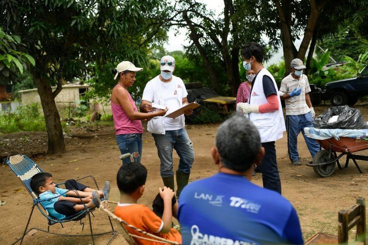 José Prado, su esposa Yeneida Blanco y sus dos hijos  Jorge y Fernando, de 7 y 8 años, reciben a los equipos de MSF en su propia casa, durante una jornada de salud integral en la comunidad de Desparramadero. 26/11/2020