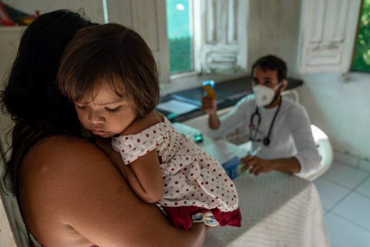 Nuestro personal atiende a una niña en el municipio de Portel. Brasil, julio de 2021