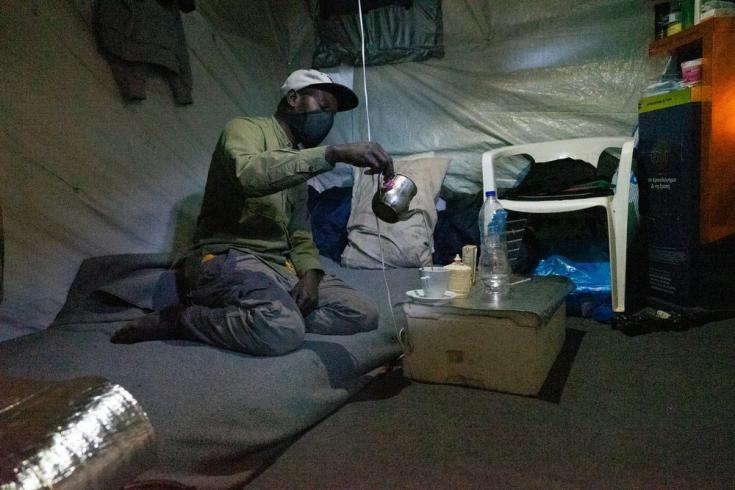 """Ebo es de Senegal y tiene 35 años. Dejó su país de origen porque su vida estaba amenazada, pero después de dos años en el campo de refugiados en Vathy, en Samos, está perdiendo la esperanza. """"Si lo hubiera sabido, nunca habría venido aquí"""""""