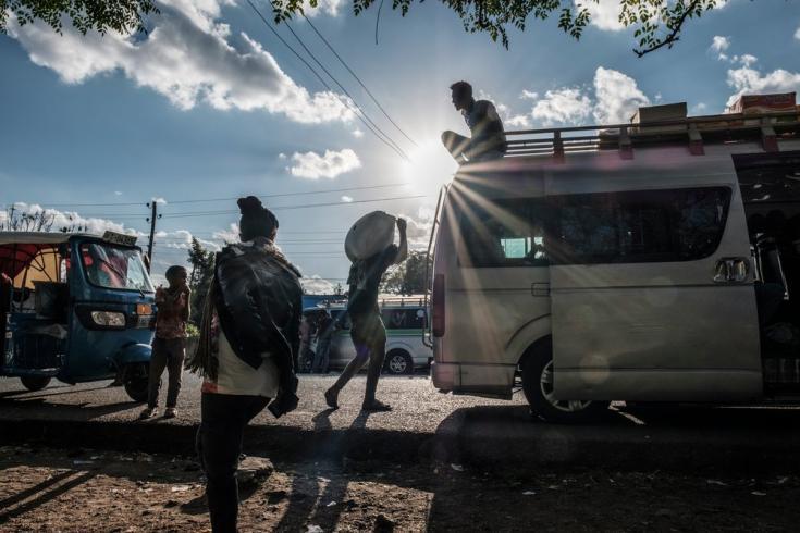 Personas junto a una camioneta de transporte público en Alamata, Etiopía. 8/12/2020