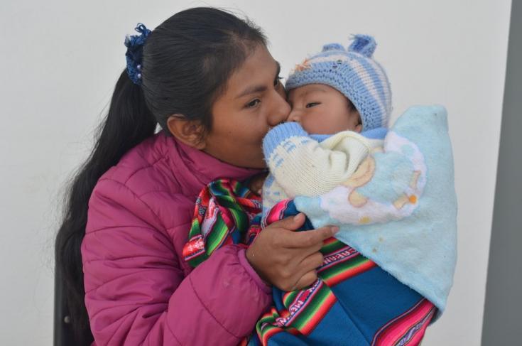 Maribel Camargo Paco besa a su hijo de 6 meses, nacido en el Centro de Salud Franz Tamayoen la ciudad de El Alto. Hoy en día es promotora de salud dentro de nuestroproyecto sobre salud sexual y reproductiva. Bolivia, abril de 2021