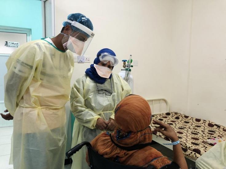 Una paciente de COVID-19 es transferida de la unidad de cuidados intensivos al departamento de hospitalización después de que su condición se estabilizó. Aden, Yemen. Marzo de 2021.