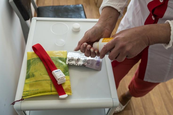 Una de nuestras enfermeras prepara pastillas para un paciente con TB-DR en el centro de TB en el distrito de Novograd-Volynsk, región de Zhytomyr, Ucrania. Junio de 2021