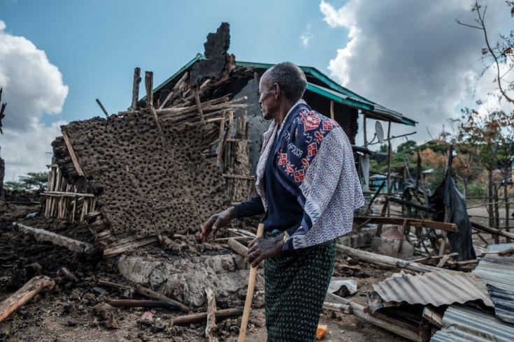 Un hombre se para frente a su casa destruida en el pueblo de Bisober, en Etiopía, el 9 de diciembre de 2020.